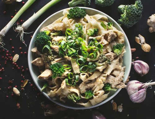 Makaron z kurczakiem i brokułami w sosie z masłem orzechowym