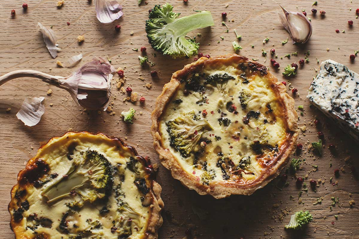 Quiche z brokułem, serem pleśniowym i czerwonym pieprzem