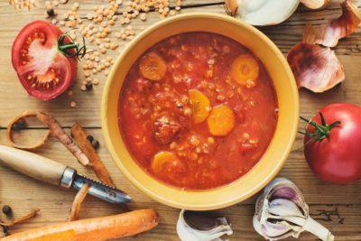 Pikantna zupa z soczewicą i pomidorami