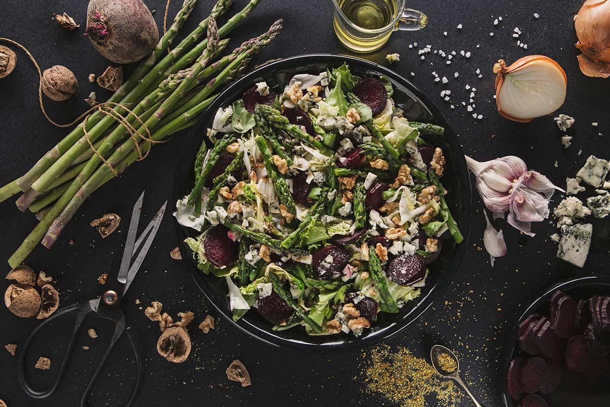 Sałatka z buraka pieczonego i szparagów z serem pleśniowym