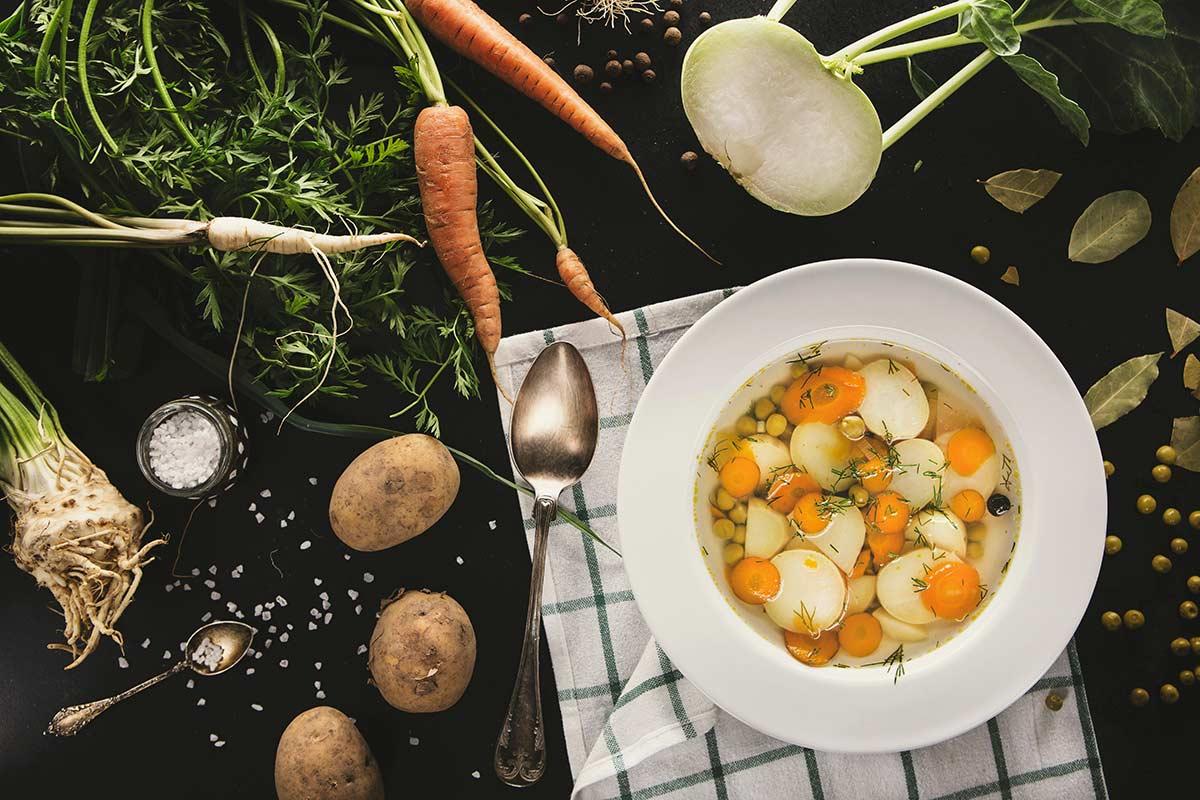 Wiosenna zupa z młodych warzyw