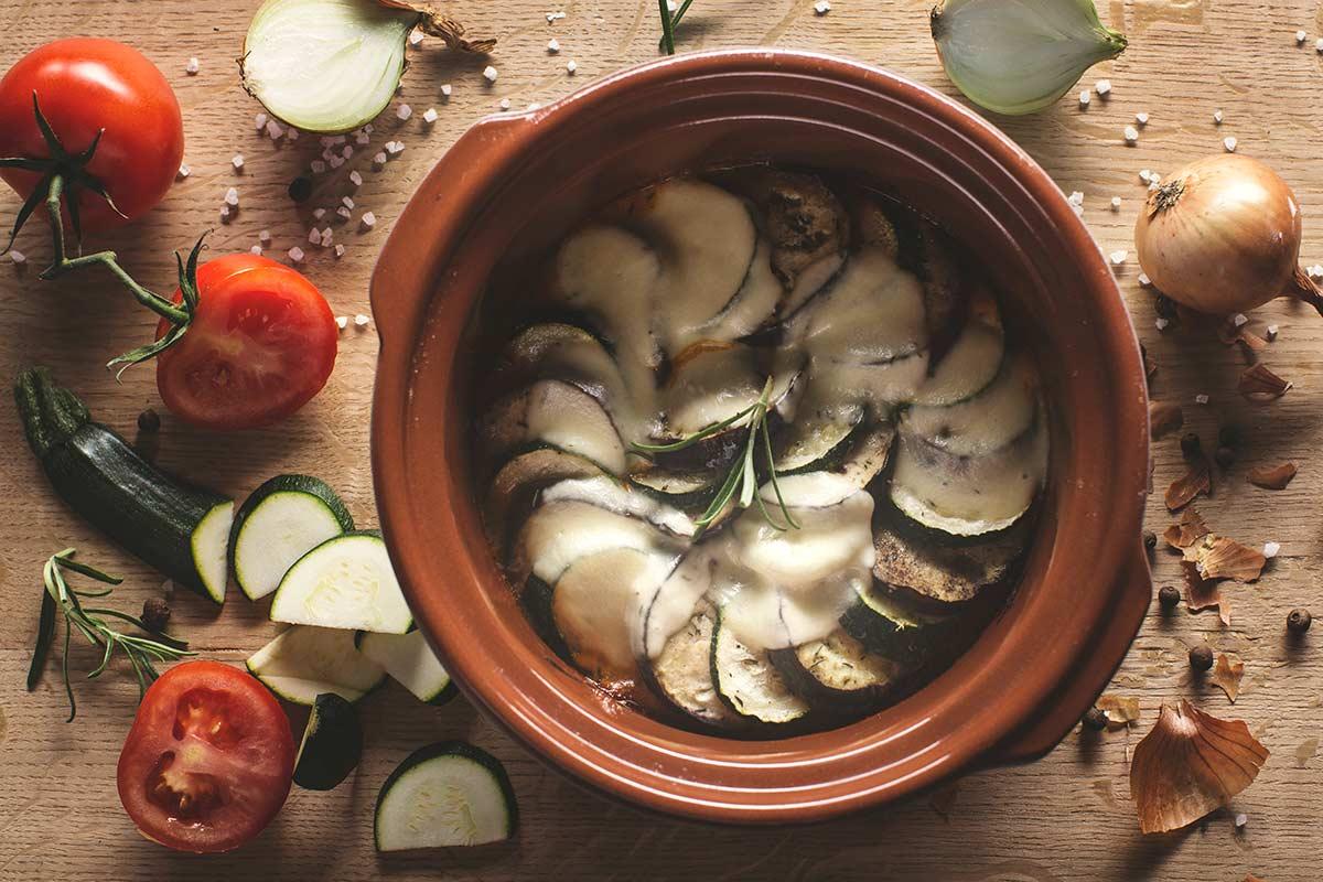 Zapiekane warzywa w sosie pomidorowym z mozarellą