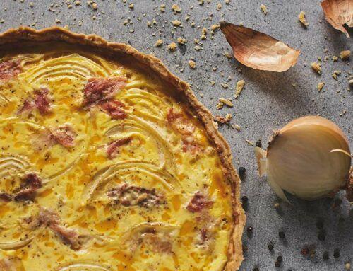 Quiche z boczkiem wędzonym i cebulą