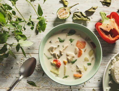 Zupa z zielonym curry i kurczakiem