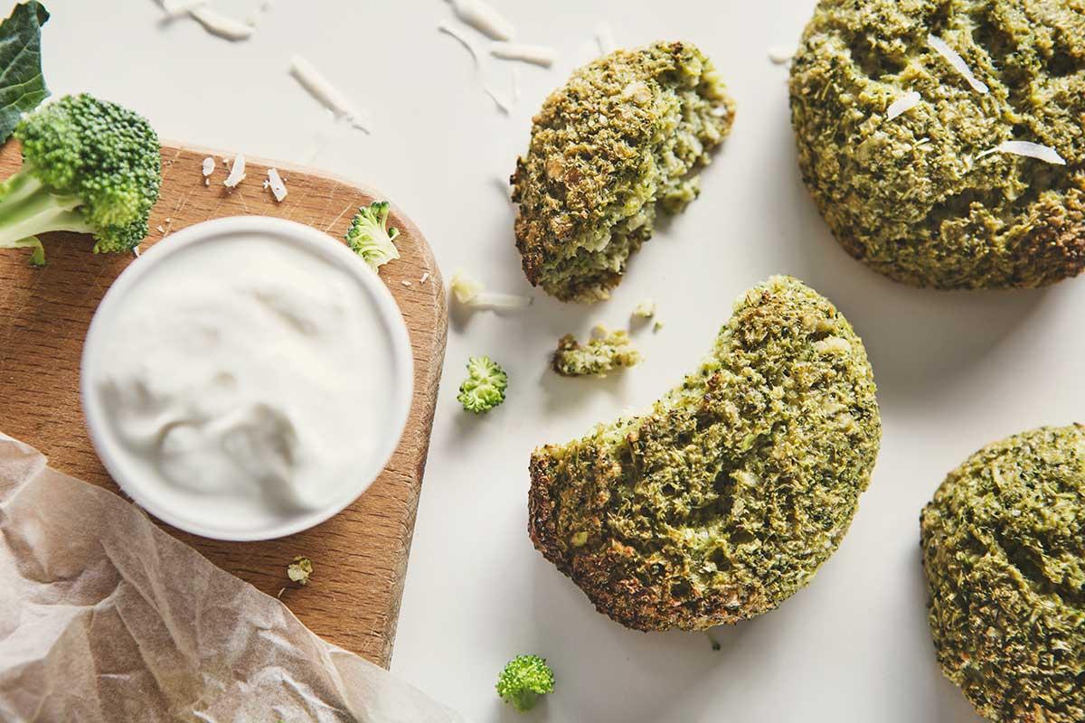 Placuszki z brokuła z masłem orzechowym