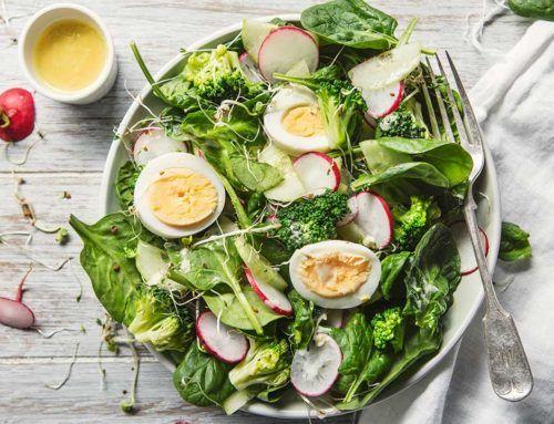 Sałatka z jajkiem sadzonym, brokułem i rzodkiewką