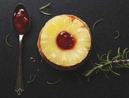Smażony camembert  z ananasem i konfiturą