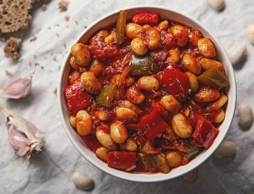 Wegetariański gulasz z fasoli z papryką i pomidorami