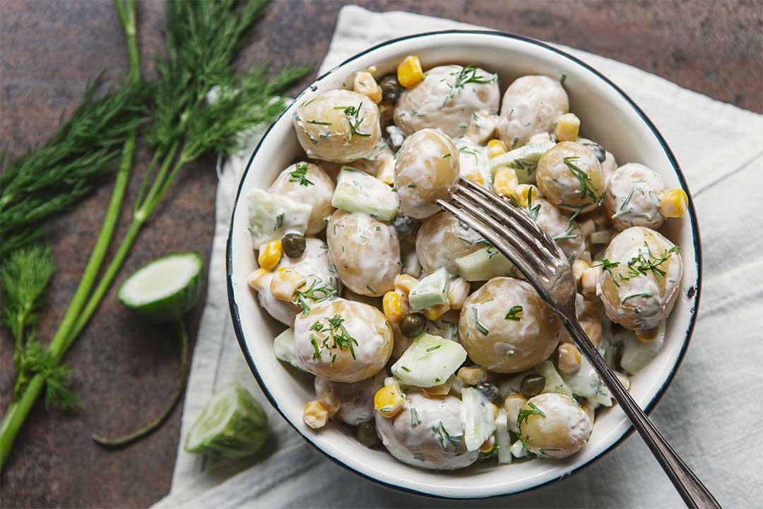 Absolutnie dobre - Sałatka ziemniaczana z ogórkiem i kukurydzą