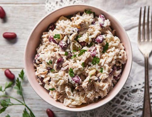 Sałatka ryżowa z tuńczykiem i dodatkami