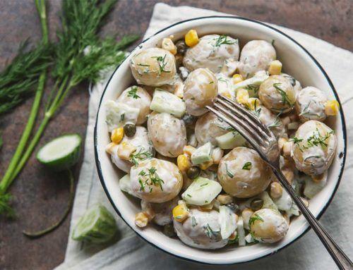 Sałatka ziemniaczana z ogórkiem i kukurydzą