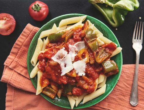 Makaron penne z sosem pomidorowym i papryką