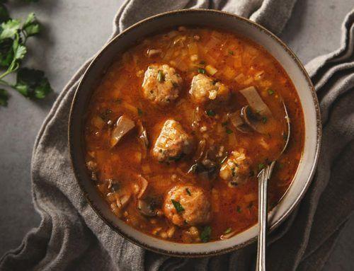 Zupa z kaszą jęczmienną pęczak i drobiowymi klopsikami
