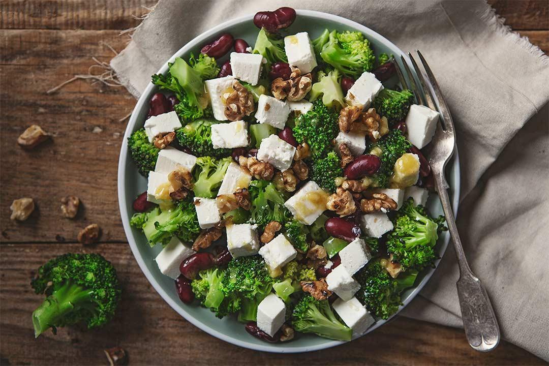 Absolutnie dobre - Sałatka z brokułami, serem feta i czerwoną fasolką