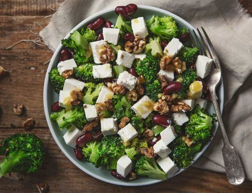 Sałatka z brokułami, serem feta i czerwoną fasolką