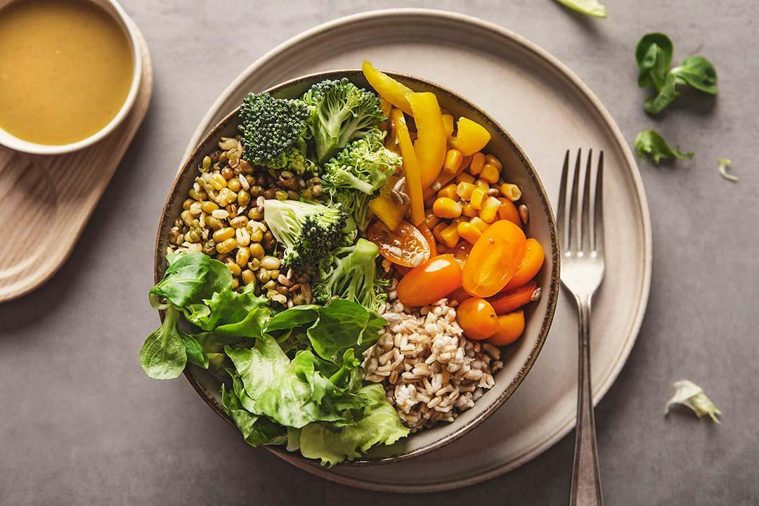 Absolutnie dobre - Sałatka z kaszą pęczak, fasolką mung i brokułem