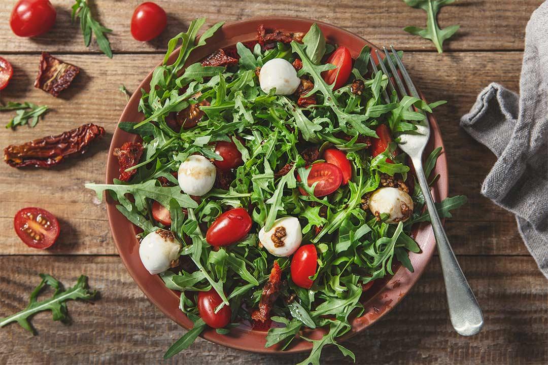 Absolutnie dobre - Sałatka z rukoli, pomidorków koktajlowych i mozzarelli