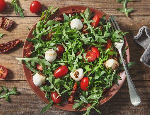 Sałatka z rukoli, pomidorków koktajlowych i mozzarelli